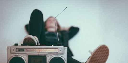 ragazza ascolta musica come droga
