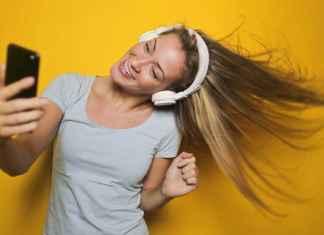 Ragazza giovane ascolta musica in cuffia