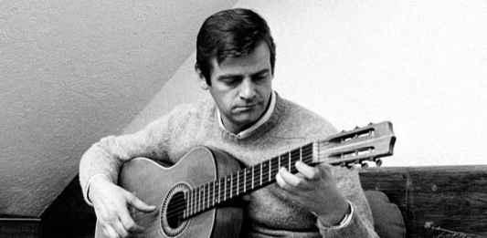 Sergio Endrigo suona la chitarra