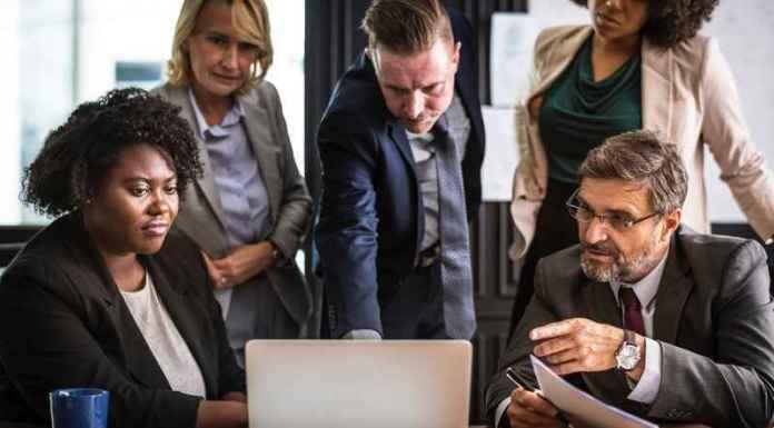 Giornalisti osservano notizie di agenzie stampa