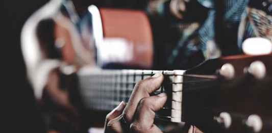 Chitarrista suona canzoni del canzoniere