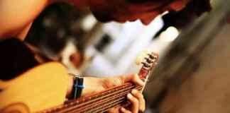 Ragazzo segue corsi di musica per imparare a suonare la chitarra