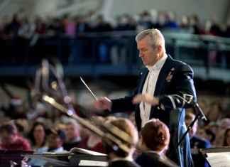 Direttori orchestra tra musicisti sul palco