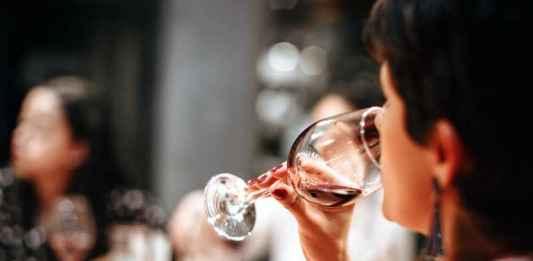 Degustazione ad una fiera di vino