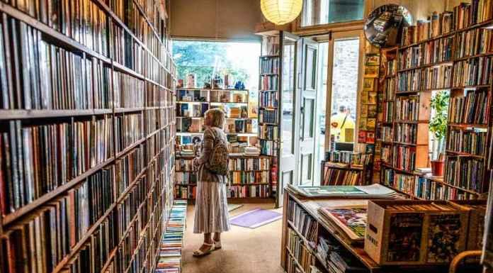 Scaffali di una libreria specializzata