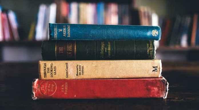 libri antichi appoggiati su un tavolo