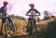 Padre e figlio in mountain bike