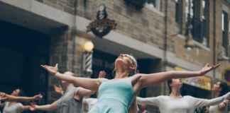 Scena di musical con ballerini