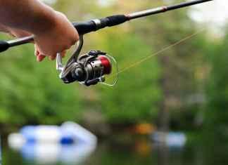 Ragazzo impegnato in pesca sportiva