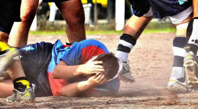 giocatore di rugby a terra nella mischia