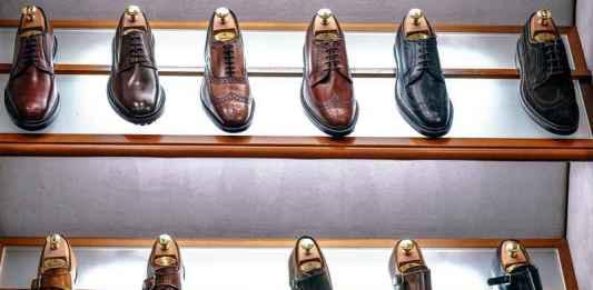 Scarpe da uomo esposte in negozio