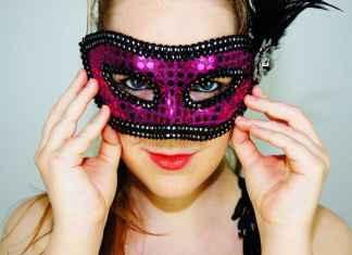 Maschera di carnevale sul viso di una ragazza
