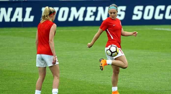 Due ragazze giocano a calcio femminile