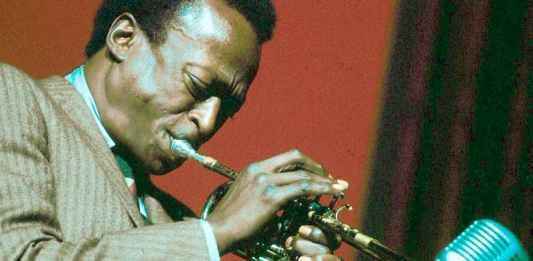 Miles Davis suona la tromba