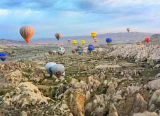 viaggiare in mongolfiera in un panorama desertico