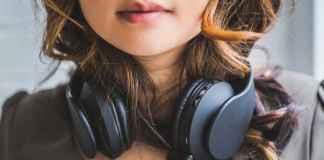 Ragazza con cuffia afferma i propri gusti musicali