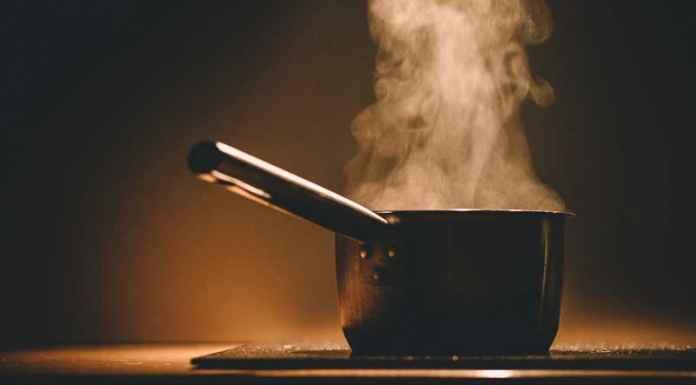 Pentole in cucina sul fuoco