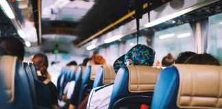 Persone in autobus low cost