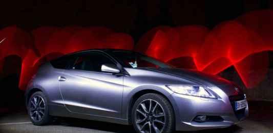 Autosalone con auto colorata su sfondo rosso