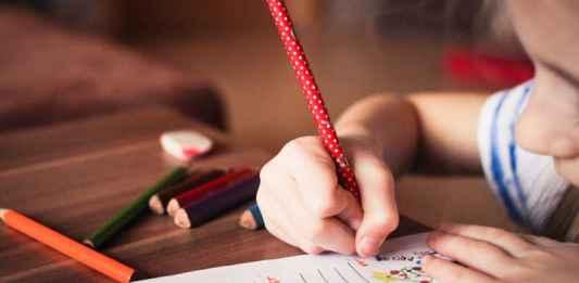 Bambino fa compiti scuola a casa