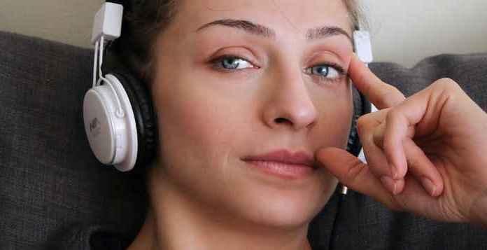 ragazza ascolta musica con cuffie