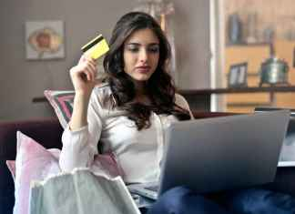Ragazza fa shopping compulsivo con un pc online