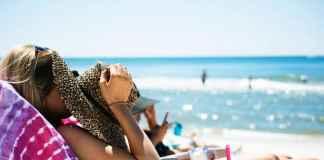Ragazza cura abbronzatura al mare