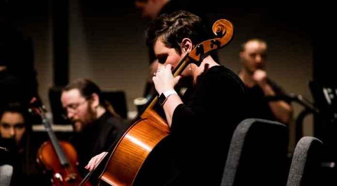 musicisti suonano in una scuola di musica
