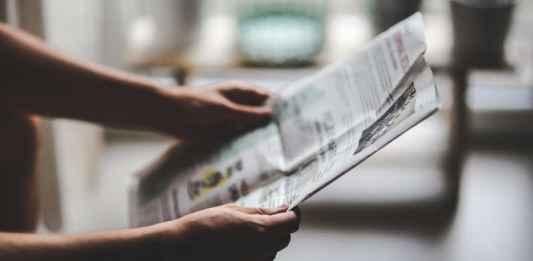 Lettore di giornali internazionali