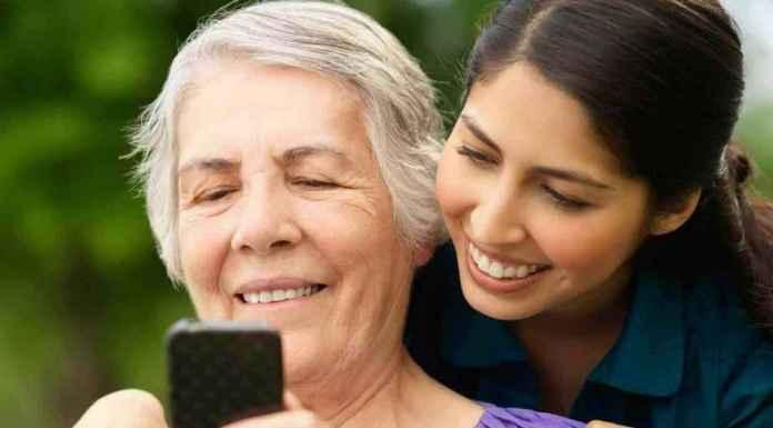 Signora utilizza app per anziani aiutata da ragazza