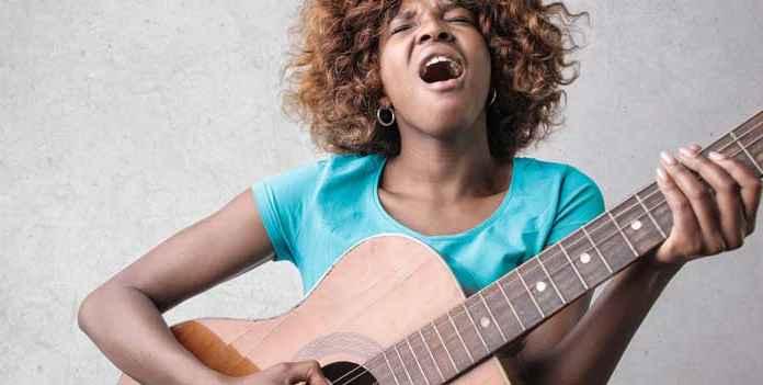 Ragazza con chitarra canta Rhythm and blues