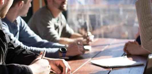 Giovani ad un colloquio per trovare lavoro