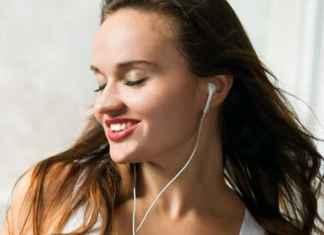 Piacere della musica in una ragazza con cuffiette
