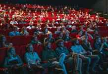 Pubblico guarda film al cinema