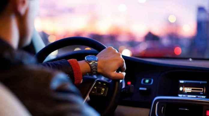 Guidatore con musica in auto