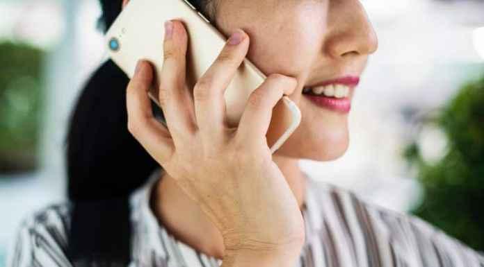 Ragazza cono smartphone all'orecchio