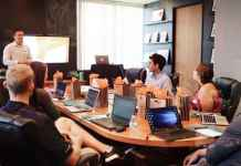 Avvocati discutono attorno ad un tavolo di riunioni