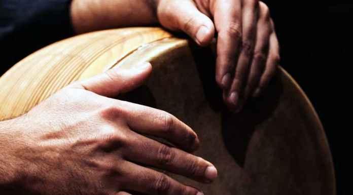 Mani fanno ritmo musicale con bongo
