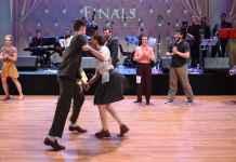 coppia che danza un ballo swing