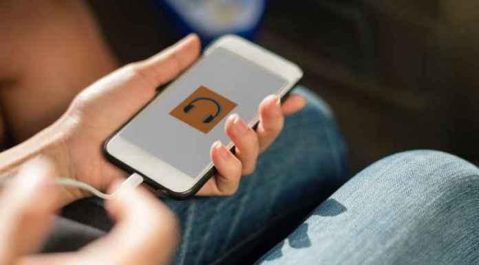 Ragazza ascolta canzoni in streaming su smartphone