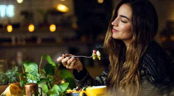 Ragazza prova il legame tra cibo ed emozioni