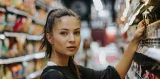 Donna in supermercato effetua acquisti di consumo consapevole