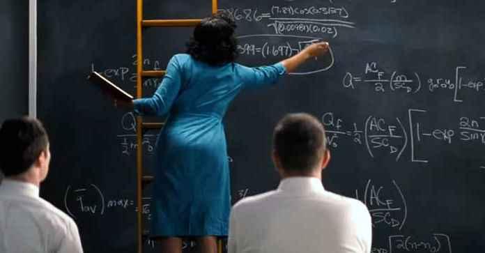 Donna scirve formula matematica alla lavagna
