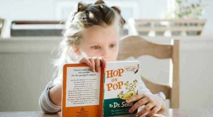 bambina legge libri per bambini