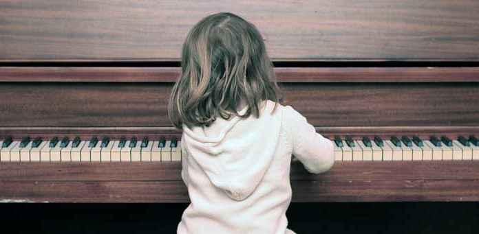 Bambina prodigio suona pianoforte