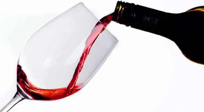 Vino rosso versato in bicchiere