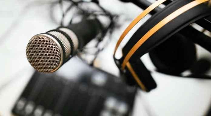 Microfoni e cuffia per podcast