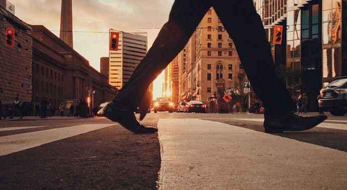 Camminare su strada in città