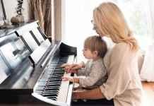 Mamma e figlio che suonano il pianoforte